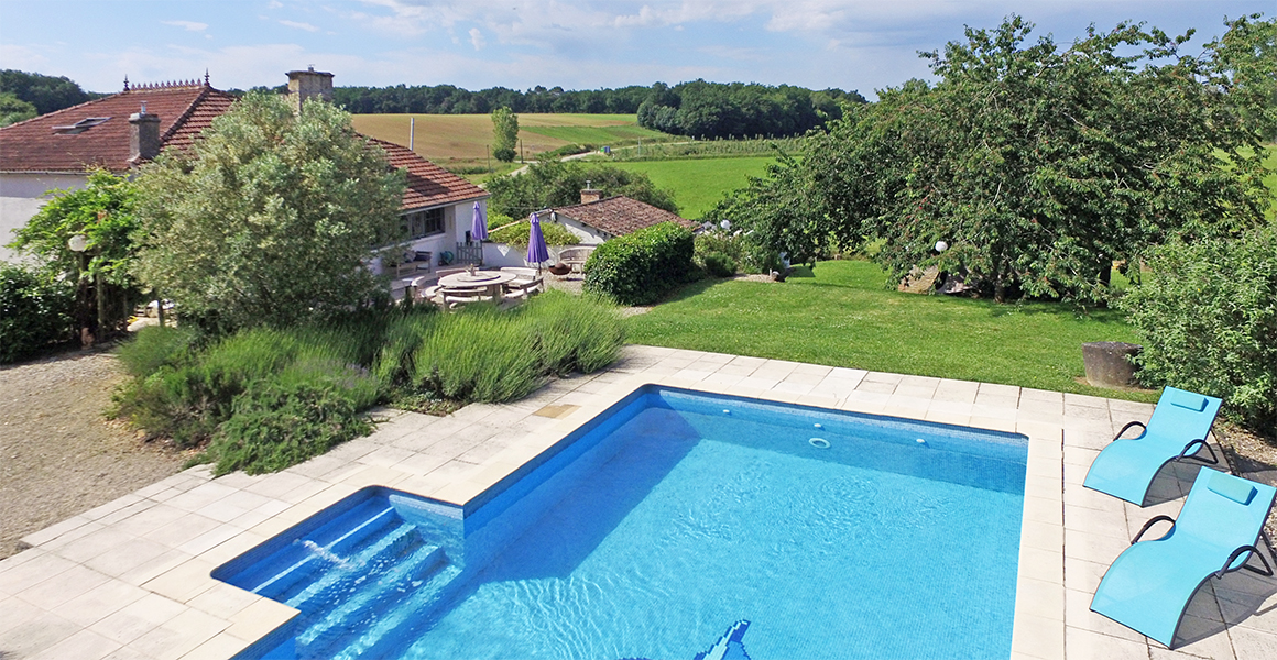 Maison d'amis, beyond the pool